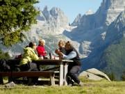 Famiglia-nella-natura-delle-Dolomiti.jpg